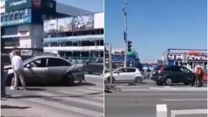 После столкновения трех иномарок у «Колумба» машину отбросило на пожилую тюменку