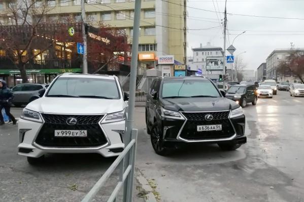 Два «Лексуса» на перекрестке