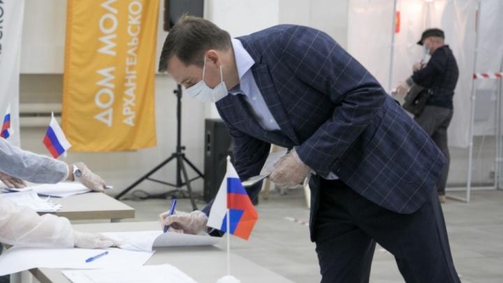 По словам Цыбульского, в НАО голосовали против поправок из-за вахтовиков и «введения в заблуждение»