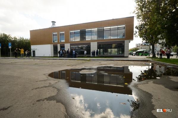 Снос здания над «Бажовской» отложили на неопределенный срок