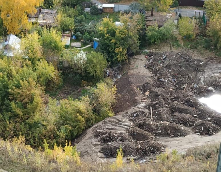 Неизвестные свозят строительный мусор к жилым домам в Дзержинском районе