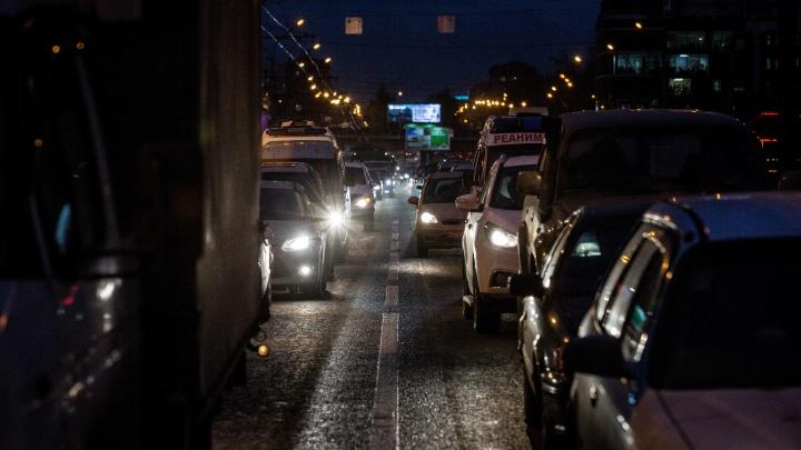 В Новосибирске водители встали в длинную пробку на разъезде Иня из-за сломанного светофора