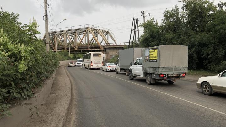 Микроавтобус и седан собрали пробку на Тёщином языке — затор растянулся на несколько улиц