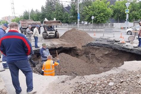 Гигантская яма на Перенсона: к утру воду откачали, пробоину заварили