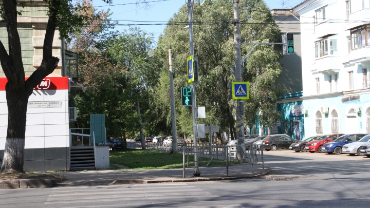 «Сбивали учеников и бабушку»: на опасном перекрестке Гая и Масленникова установили светофор