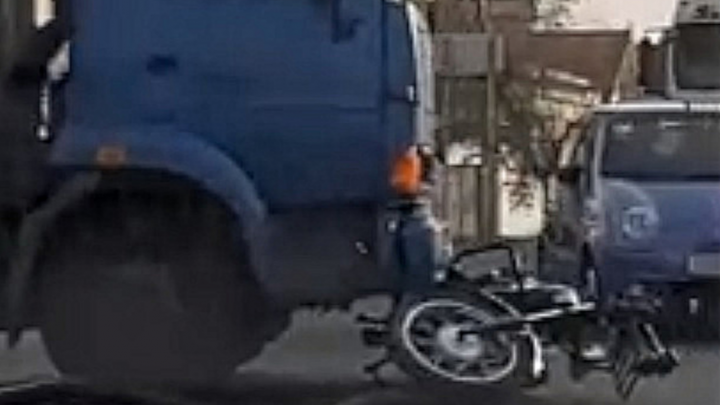В Арзамасском районе мотоциклист влетел под КАМАЗ, который развернуло от резкого торможения