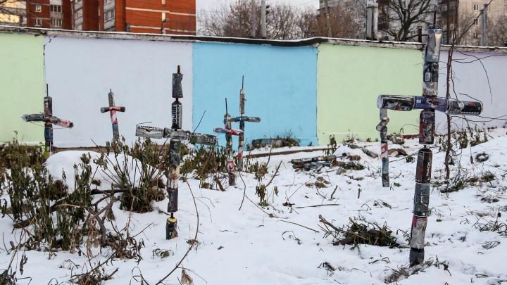 В Нижнем Новгороде уличный художник поставил кресты в память о закрашенных граффити