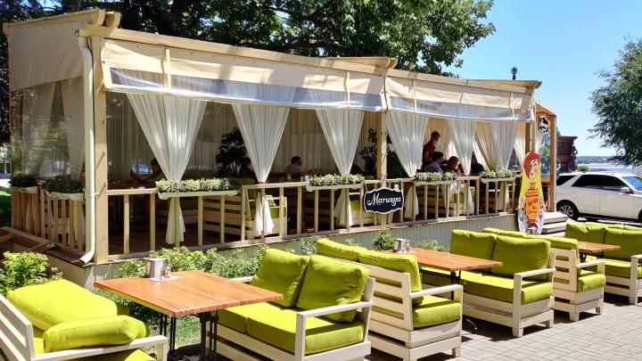 Очень мало людей: смотрим, как работают кафе Волгограда в первый день после трех месяцев в изоляции