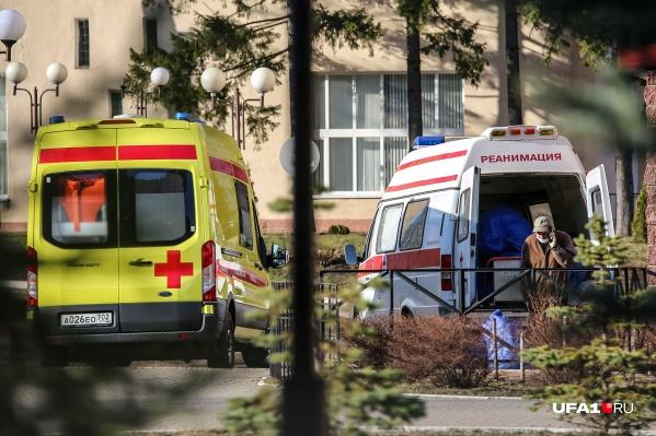 Депутат уверен, что медики должны были лечить его родственницу от коронавируса раньше