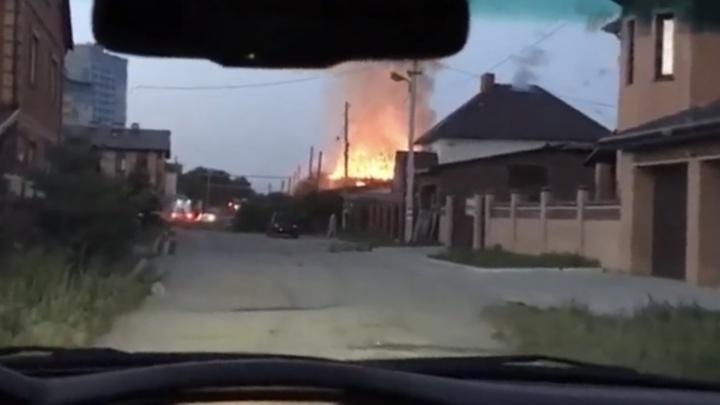 Утренний пожар, уничтоживший двухэтажный новосибирский коттедж, попал на видео