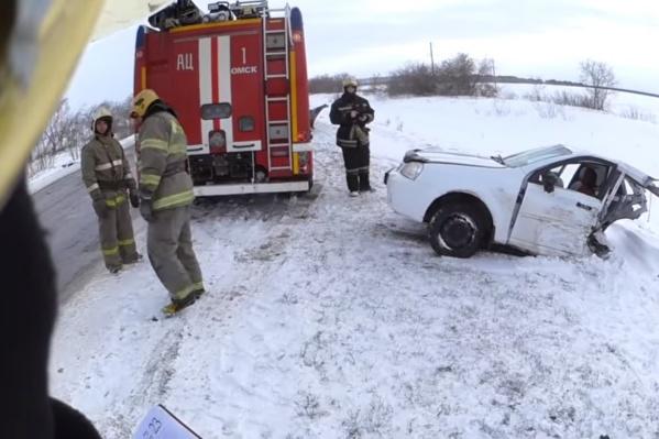 Заднюю часть машины от удара отбросило в противоположный кювет