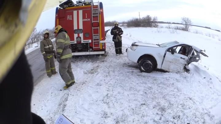 Омский пожарный снял на видео иномарку, разорванную пополам после аварии