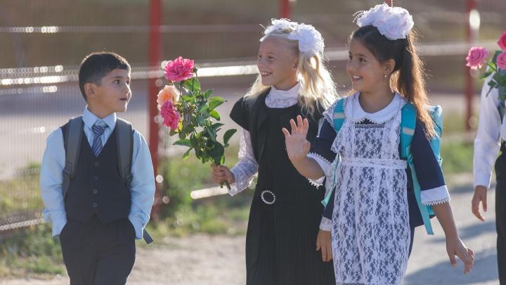 «На обычных линейках не было так тесно»: школы Волгограда начали новый год в разгар пандемии коронавируса