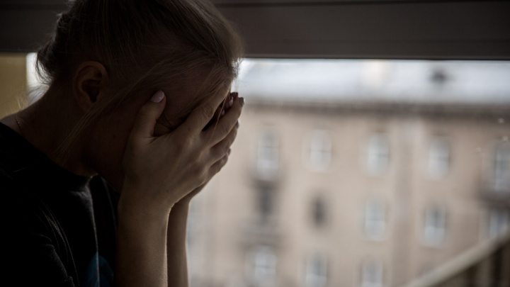 «Признан вменяемым»: кемеровчанин регулярно насиловал 16-летнюю падчерицу и заставлял ее пить с ним