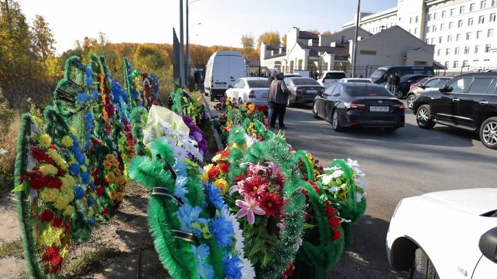 «К нам едут со всего мира, а тут венки»: сотрудники «Медгорода» пожаловались на нелегальную торговлю
