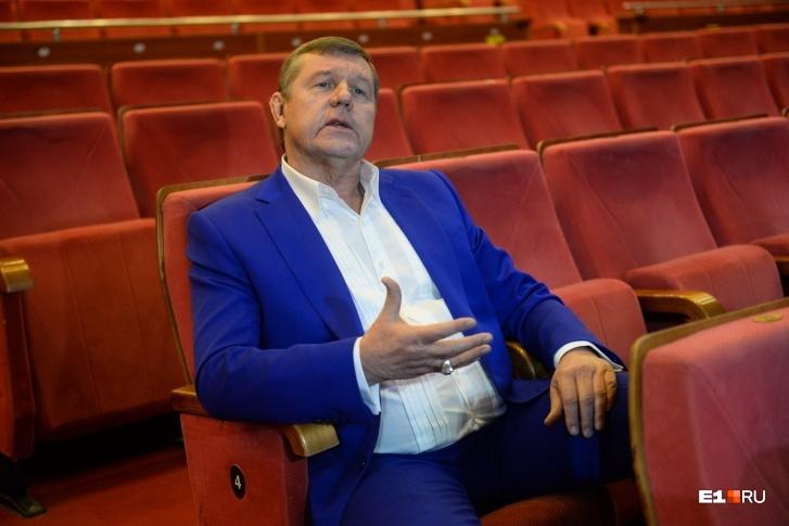Помимо судебных разбирательств, Александр Новиков руководит театром и пишет музыку