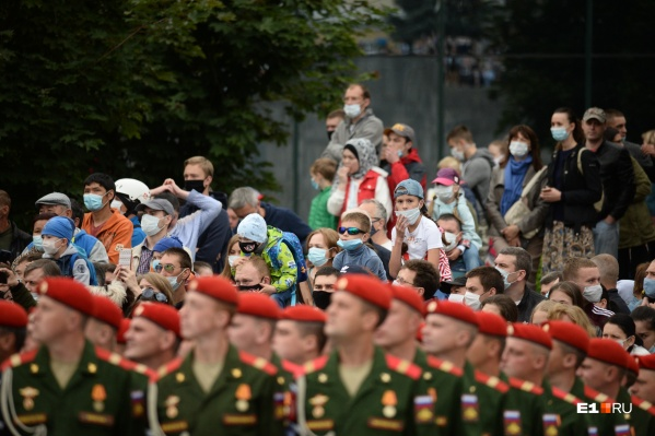 В этом году зрителей на парад пускали только в масках