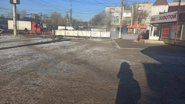 «К светофору не пройти»: в Волгограде улицу заливает содержимым прорвавшейся канализации