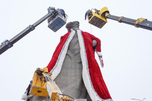 Идея вновь переодеть памятник была реализована компанией «Интерсвязь»