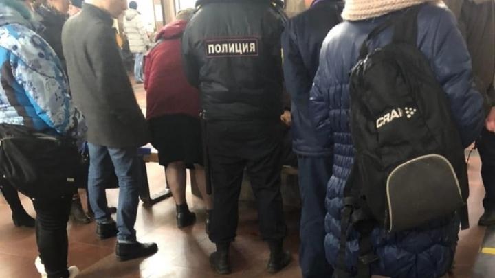 В Екатеринбурге на станции «Площадь 1905 года» парень упал с платформы на пути