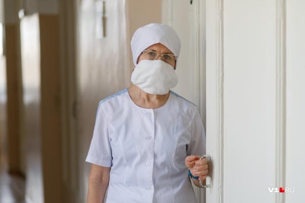 Анжелика Васильевна каждый день надевает противочумный костюм и идет к «особо опасным» пациентам