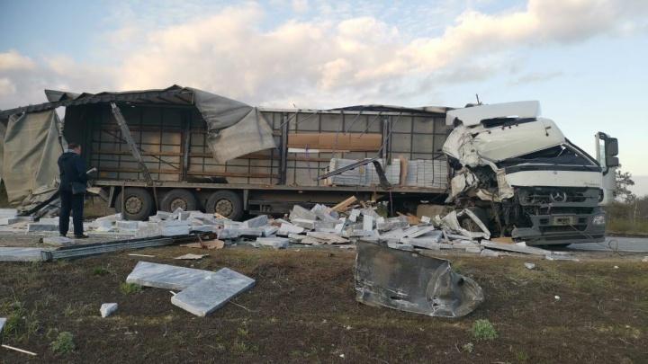 Под Волгоградом в массовой аварии с фурами погибли двое человек