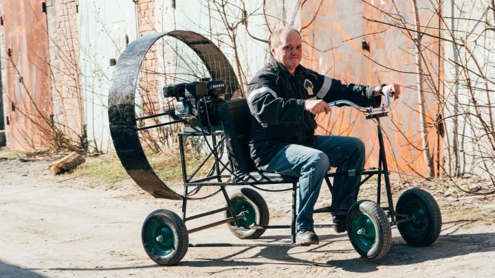 Омич собрал в гараже аэроцикл «Космолёт». Посмотрите, как он на нём «летает»