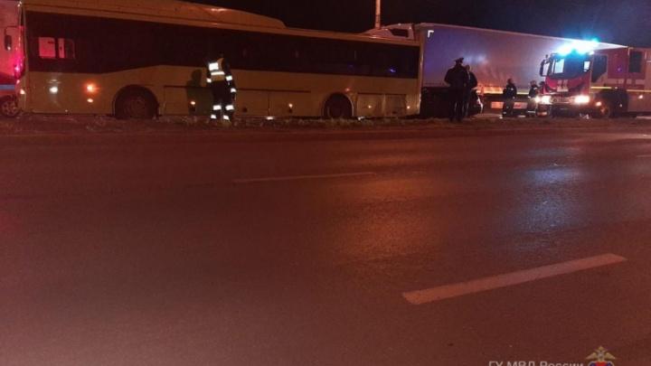 В больнице водитель и три пассажира: на юге Волгограда «Лада» протаранила фуру и автобус