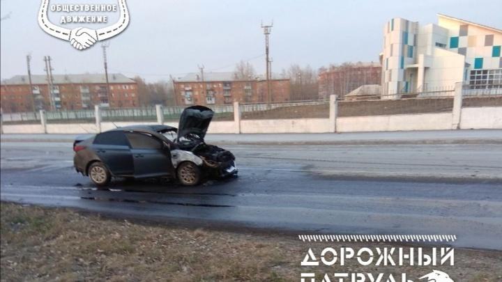 Из-за пролившегося из грузовика топлива на дорогу загорелась иномарка: солярка залила всю улицу