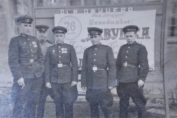 Василия Быкова (первый справа) призвали в армию в апреле 1944 года, на этом фото он в Польше после ранения, рядом — товарищи по госпиталю