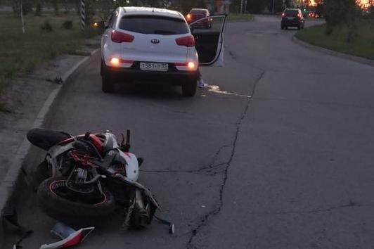 В Омске мотоциклист врезался в фонарь и погиб, пассажир в тяжёлом состоянии