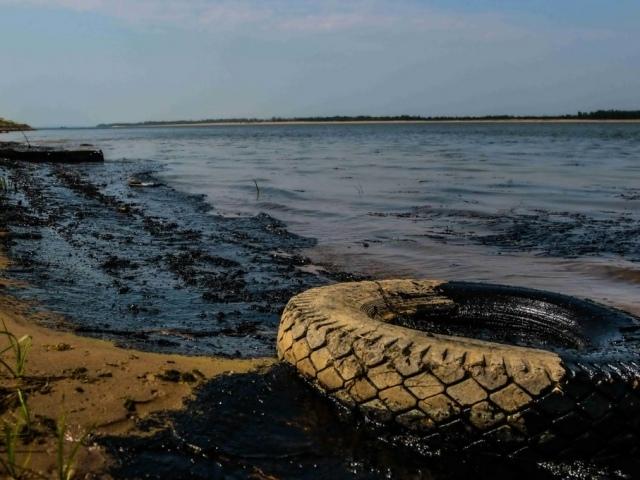 Нефть растеклась на 6 километров: на Волге обнаружили масляные пятна