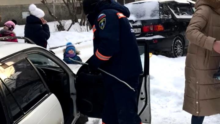 2-летний ребенок застрял в закрытой машине — спасательную операцию сняли на видео