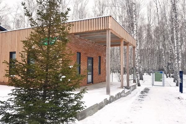 В поселке Соловьиная Роща выставлено на продажу капитальное кирпичное здание площадью 280 квадратов со всеми коммуникациями