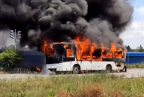 В Новокузнецке на дороге загорелся рейсовый автобус. И полностью сгорел