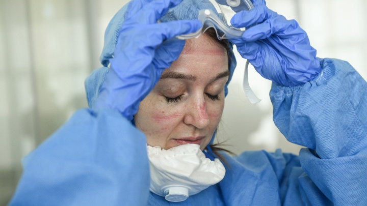 «Голова болит, и ни черта не видно»: журналист Е1.RU провела четыре часа в костюме врача-инфекциониста