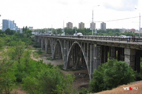Волгоградцы собрались на Астраханском мосту