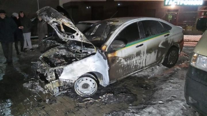 Хозяин снял клеммы с аккумулятора, но это не помогло избежать пожара: на Уктусе сгорели две машины
