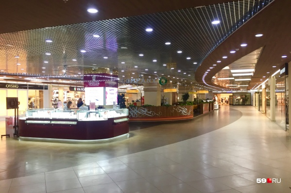 Узнаете это место? Да, это кофейня в ТРК «Семья», но здесь очень пусто и никто не пьет кофе