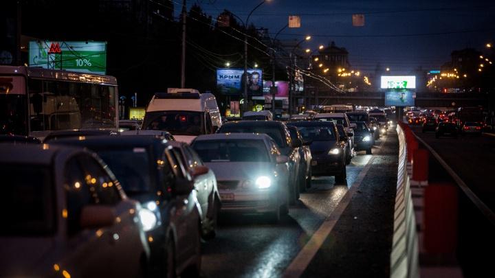 В Новосибирске водители встали в глухую 5-километровую пробку на Станционной