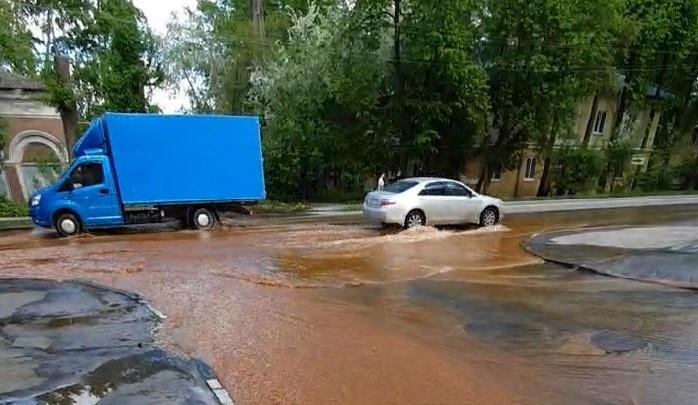 В Екатеринбурге улицу затопило ярко-рыжей водой из прорванной трубы