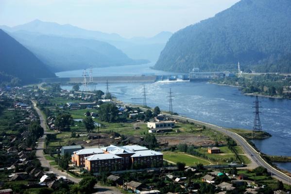 Село расположено в Шушенском районе, там проживает 1700 человек