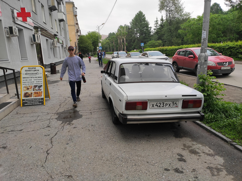 Заехал на тротуар на Пархоменко