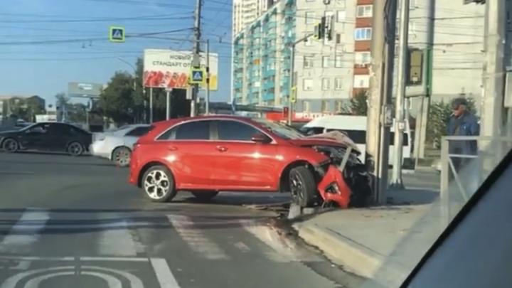 В Кировском районе KIA врезался в столб — около места ДТП на дороге обнаружили глубокую яму