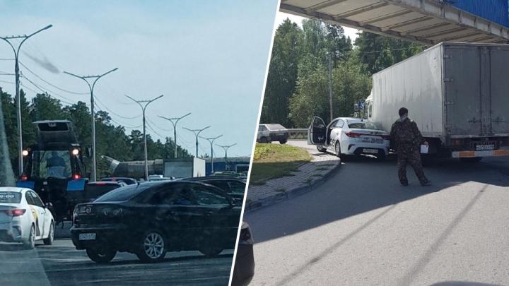 «Страшный коллапс»: Бердское шоссе встало в гигантскую пробку в сторону Обского моря