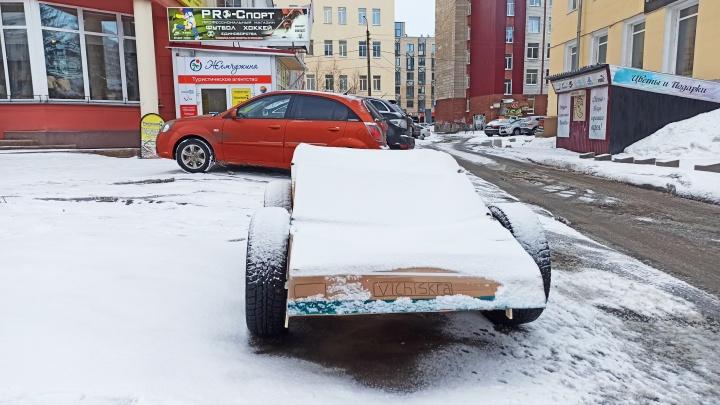 На парковке в Архангельске появился картонный автомобиль-тролль