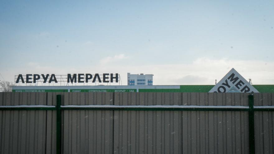«Леруа Мерлен» огородился двухметровым забором от мелких торговцев — подробности конфликта на Фабричной