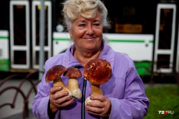 Эта женщина, торгующая грибами в районе КПД, сама собирает их в лесу под Тюменью