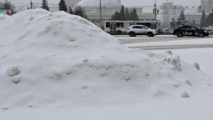 Сильный снегопад накрыл Новосибирск. Разглядываем 8 фотографий с белоснежных улиц города