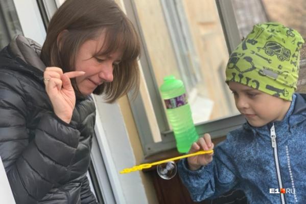 Екатеринбурженка Дарья Усова гуляет с сыном на балконе